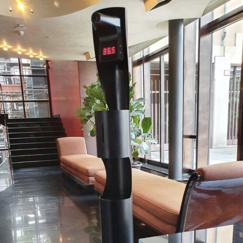 dispenser igienizzante mani a piantana ADIGE con termoscanner integrato ambientazione albergo